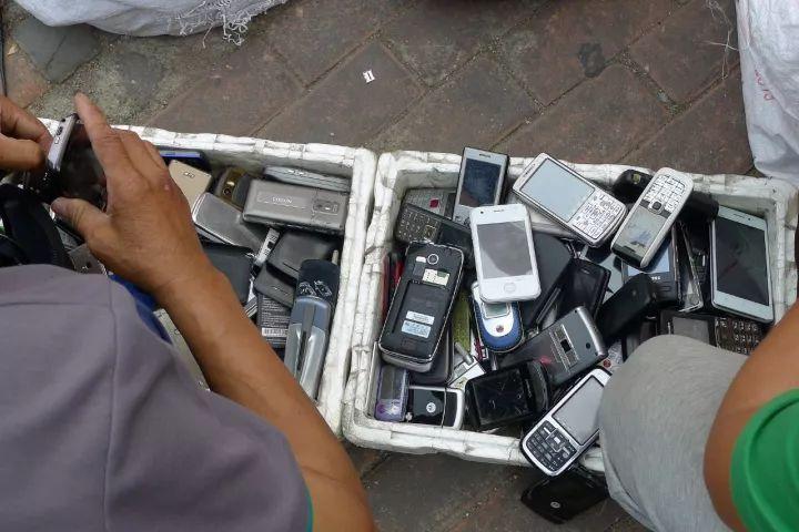一张几个人在二手手机交易网交易的图片
